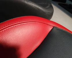 Na het kleuren van het (origineel zwarte) leder merkt u dat de originele structuur van uw leder zichtbaar blijft en een natuurlijke uitstraling behoud.