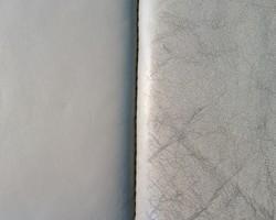 Links: na reconditionering. Rechts: Voor reconditionering, zware verwering en verkleuring van het leder met beschadigingen.
