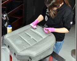 Beschadigingen worden eerst hersteld alvorens de zetels te kleuren.
